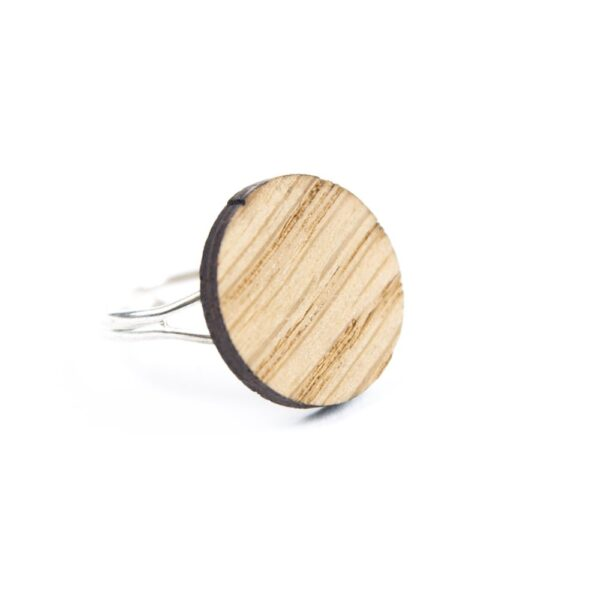 Lasergesneden ring van kurk, hout, leer / Laser cut ring made of cork, leather, wood