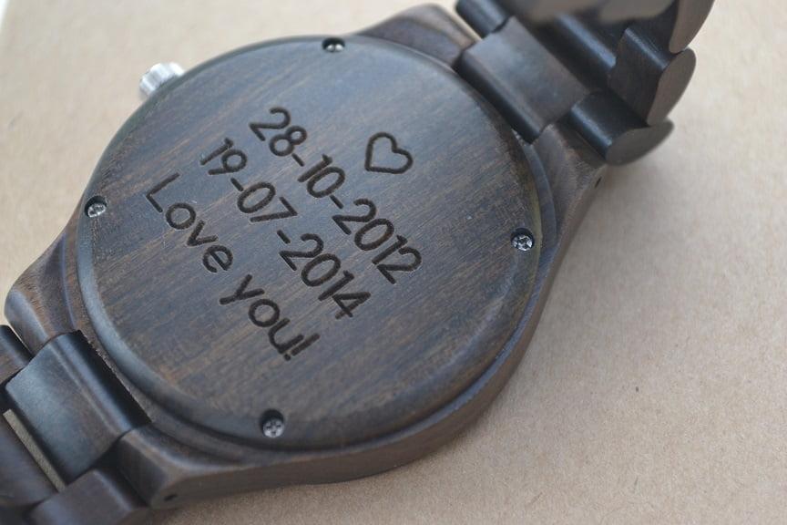 houten horloge met gravering