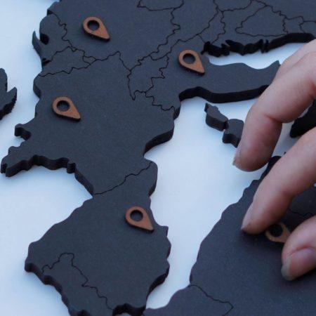 houten wereldkaart - zwart detail locatie markers