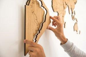 Houten wereldkaart - makkelijk te bevestigen