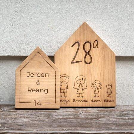 houten naamplaatje met tekst