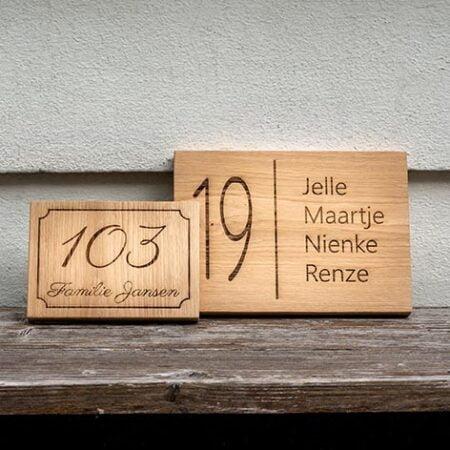Gepersonaliseerd huisnummerbord van hout