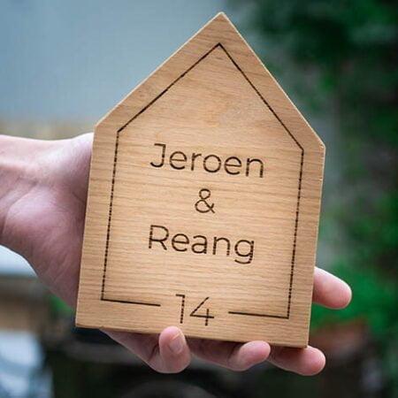 Naambord huisnummer van hout - gepersonaliseerd huisnummerbord